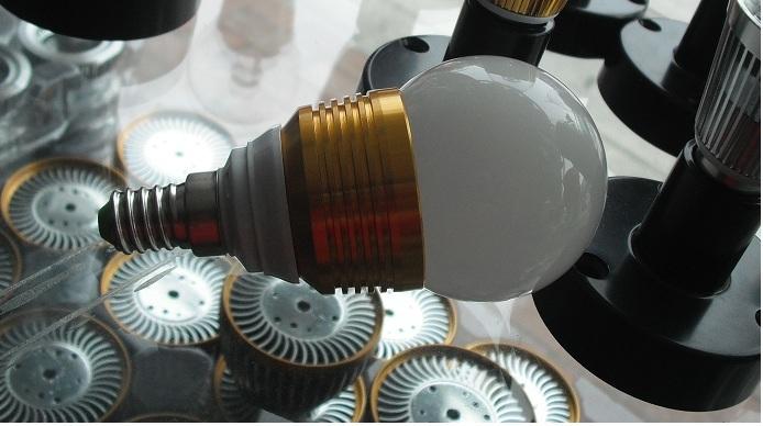 Lampada LED bulb 3W a globo  E14 angolo 270° luce calda
